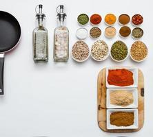 kryddor och örter urval på vit bakgrund. foto