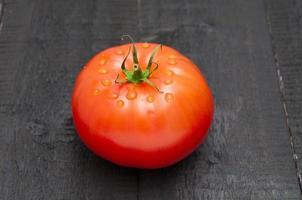 tomat på träbakgrund foto