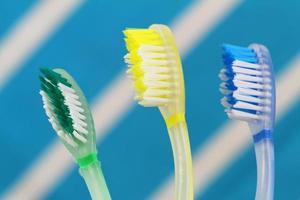 färgglada tandborstar foto