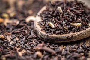 torkade svarta teblad foto