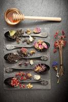 torkade örter, blommor och doftande te foto