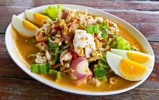betalmutter skaldjur och chilisallad läcker thailändsk mat foto