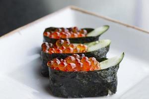 laxägg på sushi foto