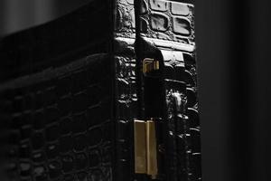 svart läderväska foto