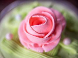närbild av rosa ros cupcake vintage stil.