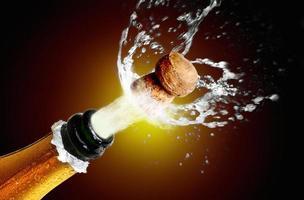närbild av champagnekork som poppar foto