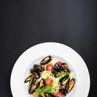 italiensk pasta med musslor marinara, körsbärstomater