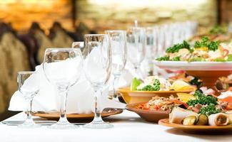 ett restaurangmatbord som presenteras för en fest foto