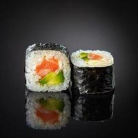 sushi med lax och avokado foto