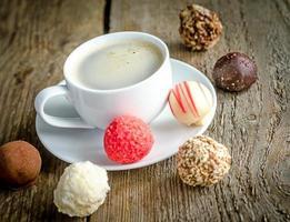 lyxiga chokladgodisar och kopp kaffe foto