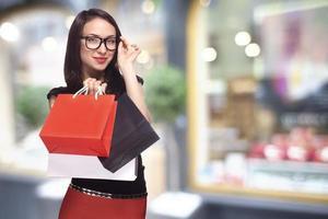 kvinna i glas shopping foto
