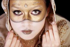 vacker ung kvinna i karneval mask