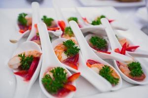 vackert dekorerade bankettbord med olika mat snacks aptitretare foto