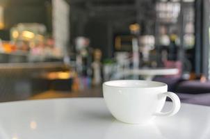 kaffekopp på kafé oskärpa bakgrund foto