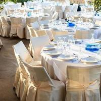 bordsuppsättning vid bröllopsmottagning