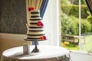 klassisk bröllopstårta i naturligt fönsterljus foto