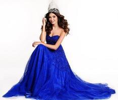 vinnare av skönhetstävling som bär lyxig klänning och dyrbar krona foto