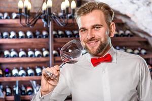 sommelier i vinkällaren