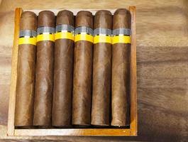 kubanska cigarrer på träbord foto