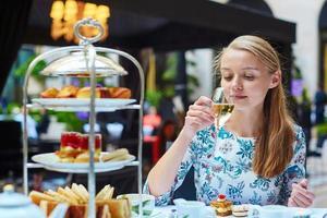 vacker ung kvinna i fransk restaurang foto