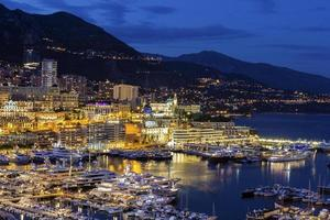 utsikt över Monte Carlo hamn i Monaco på kvällen foto