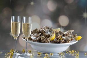 färska ostron med glas champaigne foto