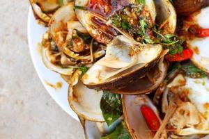 närbild av ångade musslor foto