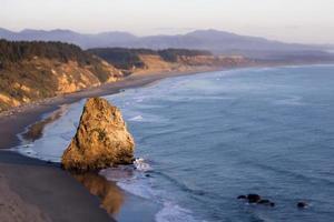 bergformation på havsstranden foto