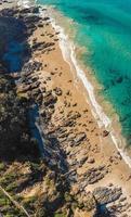 Flygfoto över en strand