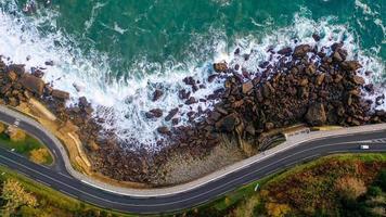 Flygfoto över kusten och en väg