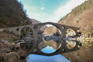 stenbro över en flod foto