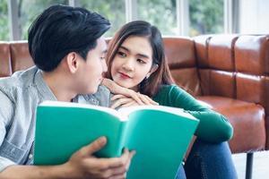 porträtt av ungt par som läser