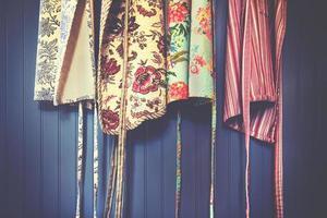 fyra olika färgförkläden foto