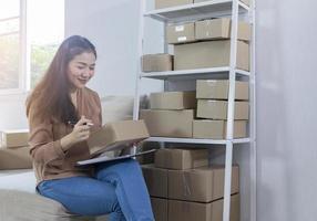 kvinna som förbereder leveranser hemifrån foto