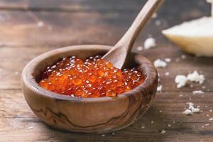 skål med röd kaviar foto