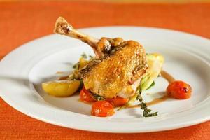 läcker grillad kyckling med grönsaker. foto