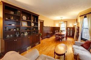 guld lyxigt vardagsrum och matsal med mahogniträ foto