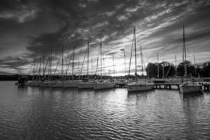 yachtbåtar i hamnar på kvällen foto