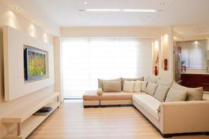modernt vardagsrum inredning i off-vita toner foto
