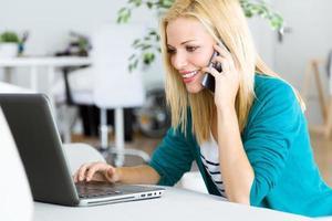 ganska ung kvinna som arbetar med laptop hemma. foto