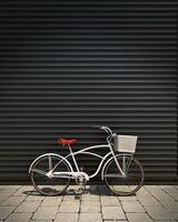 vit retro cykel framför garageväggen foto