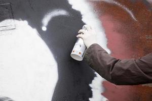 graffitikonstnär drar på väggen foto
