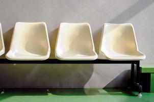 uppsättning vita plaststolar foto