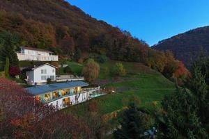modernt hus omgiven av naturen foto