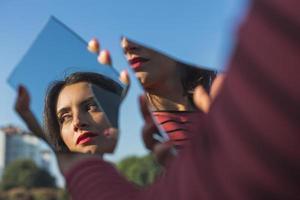 vacker flicka poserar i ett urbant sammanhang foto