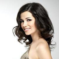 vacker glad le kvinna med bruna hår foto