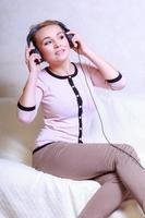 modern kvinna med hörlurar lyssnar på musik foto