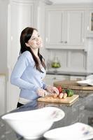 kvinna förbereder en måltid i köket foto