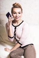 affärskvinna prata i mobiltelefon på soffan foto