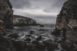 stenformationer nära vattenmassan